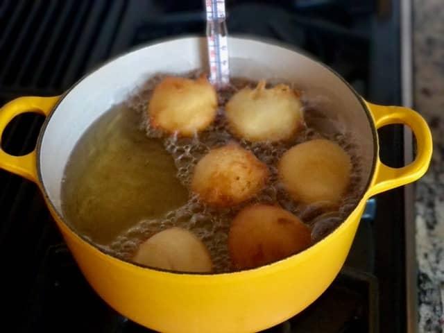 Frying Quarkbällchen